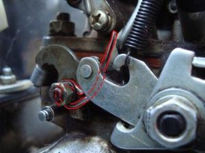 На фото - механический привод открытия дроссельной заслонки, drive2.ru