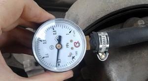 Фото замера давления в топливной системе ВАЗ 2114, asonline.ru