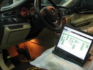 На фото - перепрограммирование электронного блока BMW F10, bmw-service.com.ua