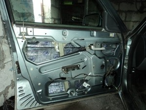 На фото - шумоизоляция дверей автомобиля, drive2.ru