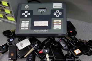 На фото - перепрограммирование чип-ключей, keyservice.tomsk.ru