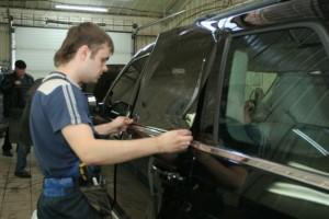Тонировка автомобиля с помощью тонировочной пленки фото