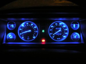 На фото - светодиодная подсветка панели приборов ВАЗ 2107, semerkainfo.ru