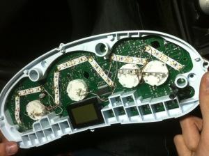 На фото - наклейка светодиодной ленты на приборную панель Лада Приора, drive2.ru