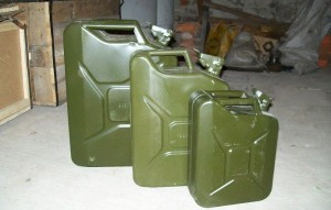 На фото - хранение бензина в канистрах, autodrop.ru