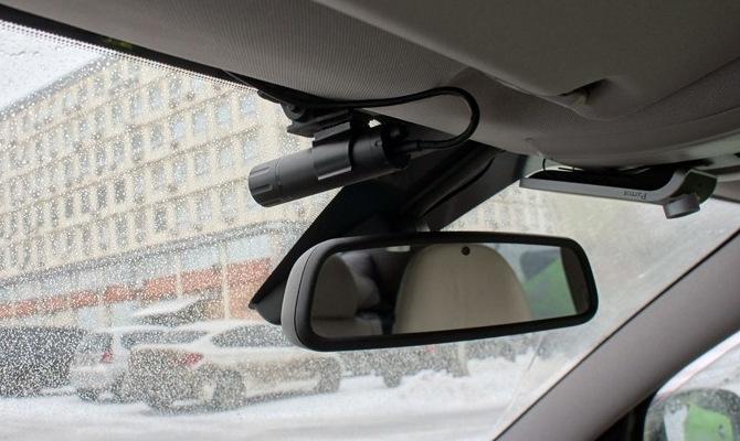 На фото - автовидеорегистратор с выносной камерой