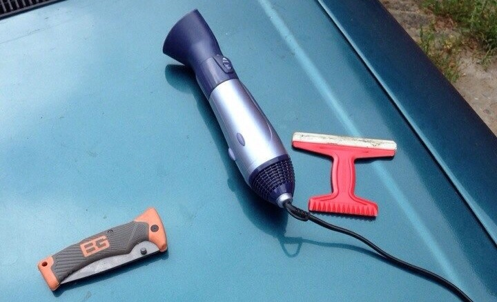 На фото - инструменты для тонировки фар пленкой