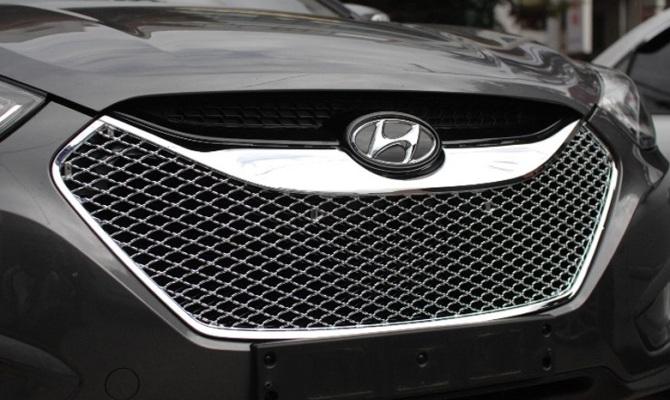 На фото - решетка радиатора современного автомобиля