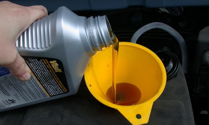 Доливание минерального моторного масла