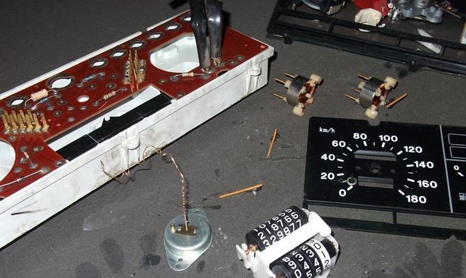 Демонтаж стрелок с панели приборов