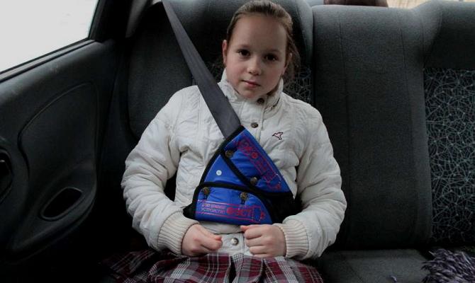 Оптимальное положение ремня на груди маленького пассажира