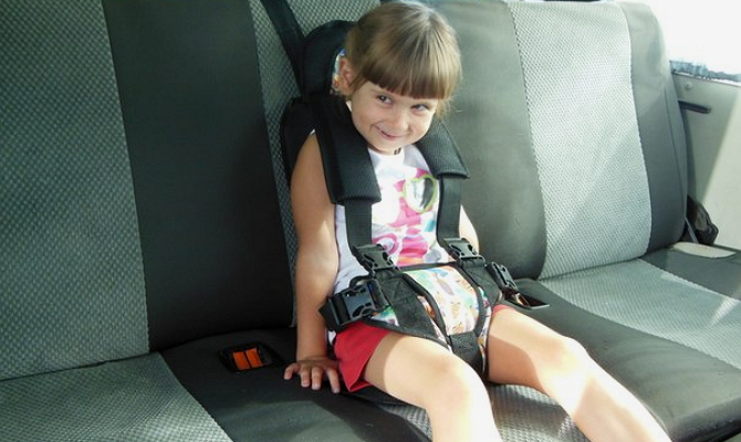 Расположение ребенка центру заднего сиденья автомобиля