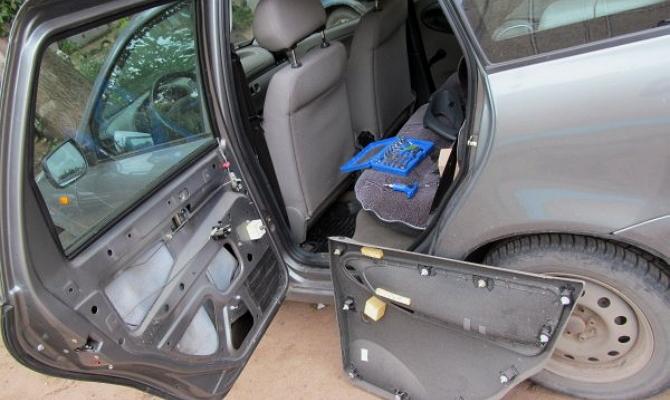 Демонтаж стандартной дверной обшивки авто