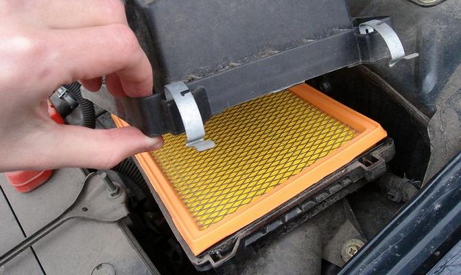 Замена воздушного фильтра под капотом – в чем польза доработки?