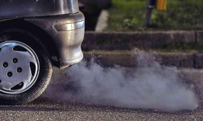Сизый дым из выхлопной трубы — это первый признак горения масла в моторе