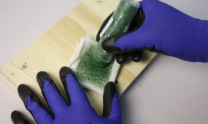 В своем обычном состоянии паста ГОИ очень сухая, что препятствует легкому нанесению на полировочную ткань