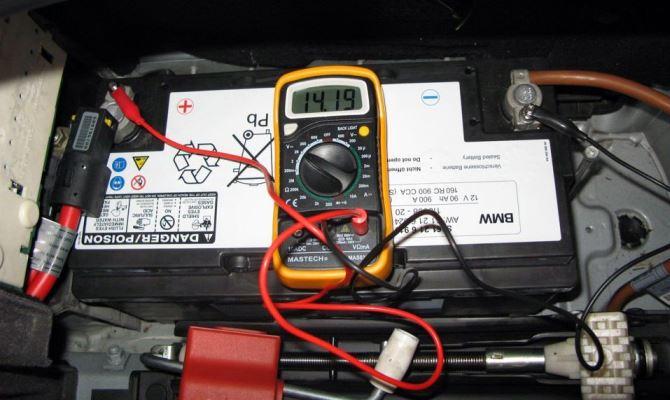 Разряд аккумулятора сопровождается расходом кислоты, которая входит в его состав