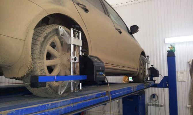 При необходимости проверяем влияние шин на увод, поменяв передние колеса местами