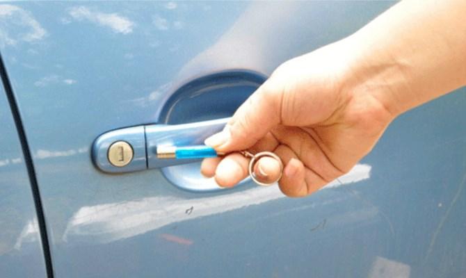 Для снятия статического электричества с корпуса автомобиля применяют специальные приспособления и средства