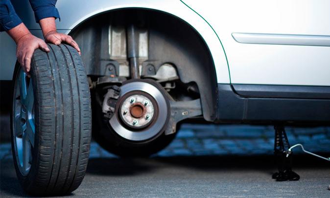 Замена колеса на автомобиле в гараже и на дороге – как справиться самому?