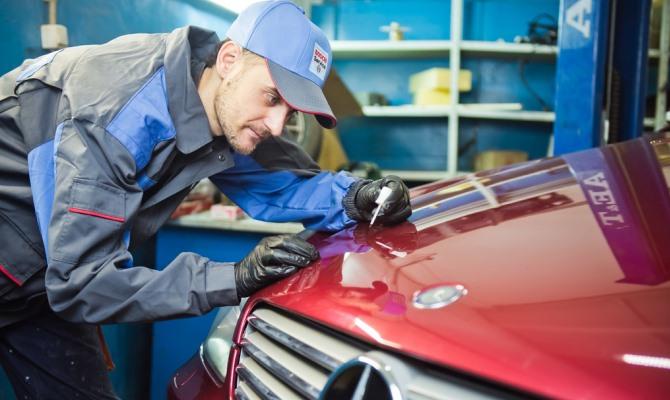 Идея удаления небольших царапин заключается в подготовке поверхности и обновлении лакокрасочного покрытия локально или на всем авто