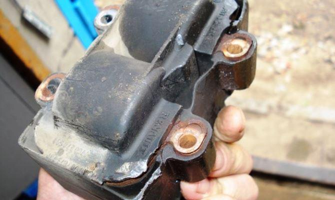 Конструкция автомобильного трансформатора состоит из первичной и вторичной обмоток, сердечника, корпуса и изоляции