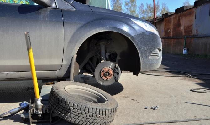 На этапе подъема автомобиля, убедитесь, что домкрат установлен правильно и упирается в специальное гнездо