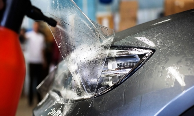 Вторым этапом в обработке фар является оклейка скотчем кузова авто вдоль световых приборов