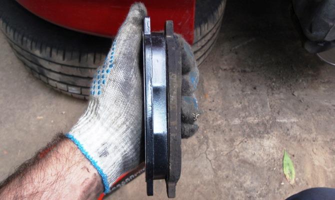 Случается, что автолюбитель меняет диски и колодки, а спустя некоторое время или сразу ему начинает досаждать скрип тормозов
