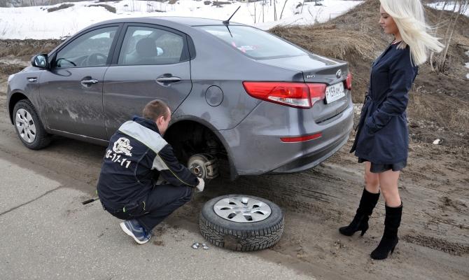 Имея в багажнике необходимый инструмент для замены колес, вы не столкнетесь с ситуацией, когда без посторонней помощи с этой работой не справиться самостоятельно