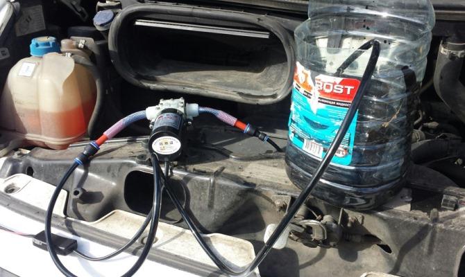 Для лучшего эффекта желательно открутить поддон двигателя и удалить остатки отработки механическим путем.