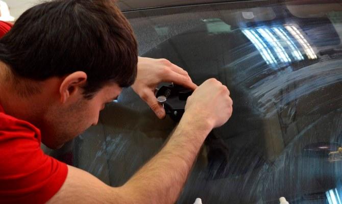Мелкие дефекты с лобового стекла, да и с боковых стекол легко устраняются, причем справиться с этой задачей можно даже самостоятельно