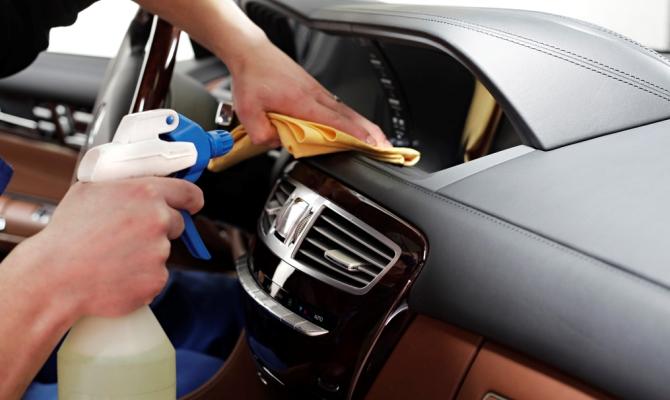 Автолюбители часто затрудняются с выбором лучшей полироли для пластика, осложненным большим диапазоном цен и разницей в их эффективности