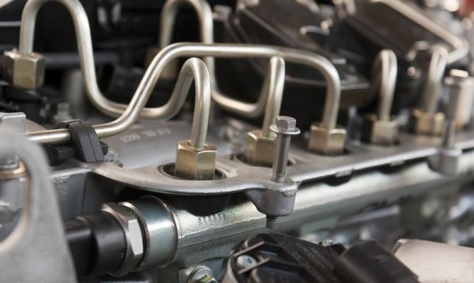 Если ваш авто при нажатии на газ, набирая скорость, начинает дергаться — это верный признак неполадки в узле подготовки смеси