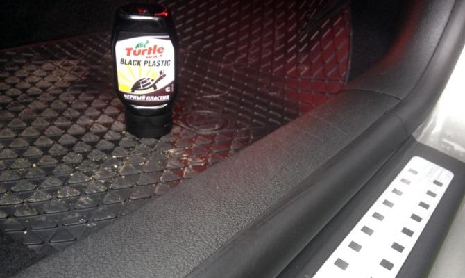 Одним из компонентов средства Turtle Wax является особый пигмент черного оттенка, позволяющий замаскировать мелкие царапины на пластике