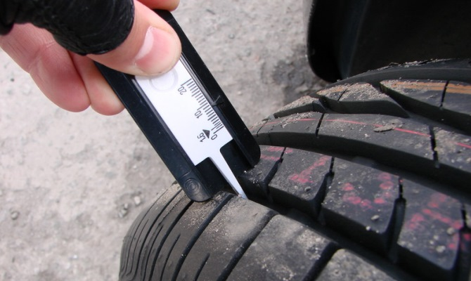 Особенно страдают при передвижении и изнашиваются первыми управляемые колеса