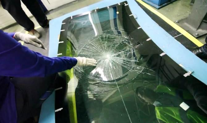 Трещины, сколы и прочие дефекты могут быть вызваны попаданием простого камешка гравия