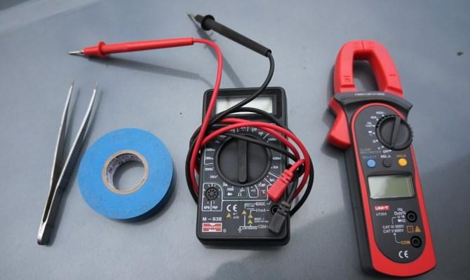 При работе с аккумуляторной батареей мультиметр — ваш главный помощник