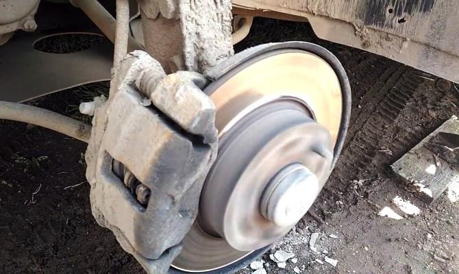 Если вибрации во всей машине или только в руле проявляются исключительно при торможении, вам обязательно нужно проверить исправность тормозных дисков и барабанов