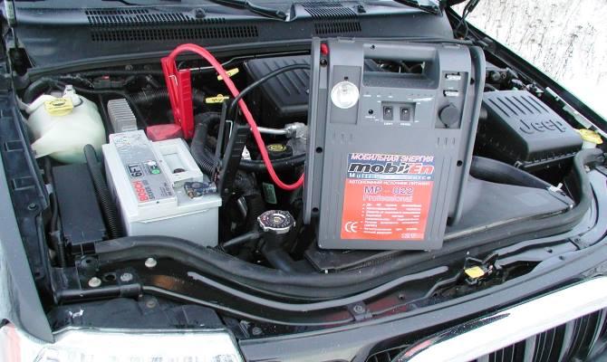Напряжение АКБ измеряется тестером, который еще называют мультиметром, или используют обычный вольтметр