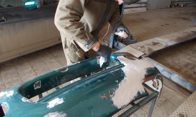Первым делом требуется демонтировать бампер и зачистить от грязи и старого покрытия