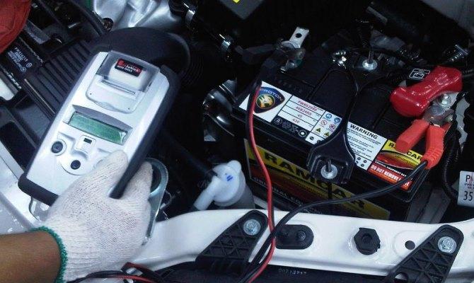 Не нужно стесняться лишний раз осмотреть аккумулятор, когда открываете капот