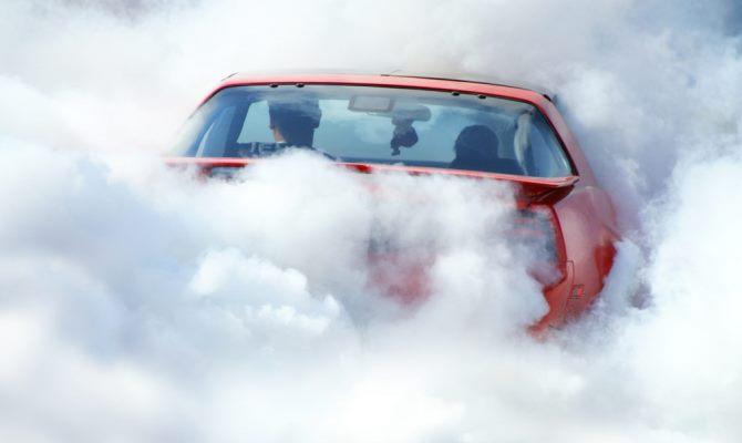 Диагностировать причину появления белого дыма из глушителя автомобиля можно самостоятельно, без использования специального оборудования и профессиональных знаний