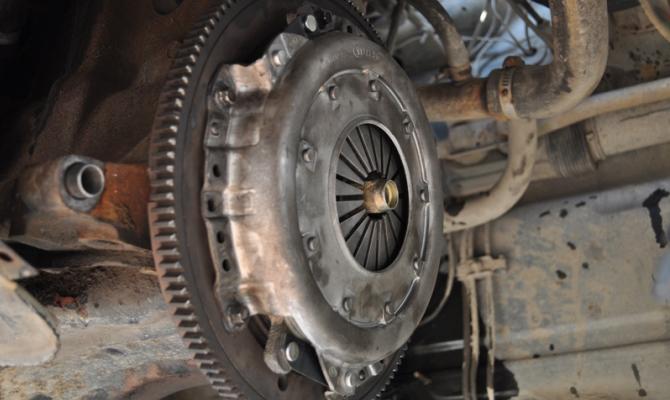 При неполном выключении системы возникают сложности с переключением передач на работающем двигателе
