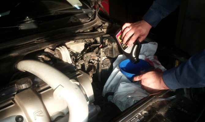 Масло в КПП не контактирует с продуктами горения, как в двигателе, поэтому нуждается в замене гораздо реже