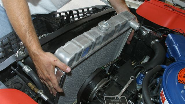 Для определения неисправности устройства, первым делом нужно заглушить мотор, открыть капот и осмотреть патрубки термостата