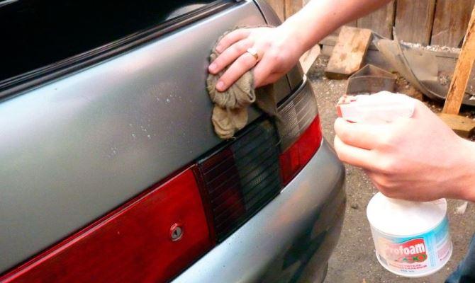 Клеевая пленка, оставшаяся после липкой ленты, легко оттирается тряпкой или салфеткой, смоченной в бензине