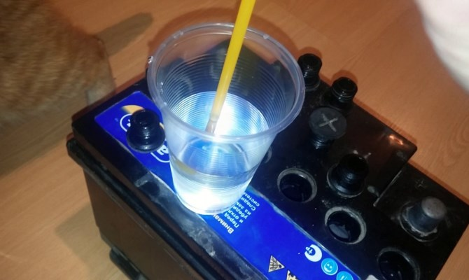 В процессе эксплуатации АКБ жидкость испаряется