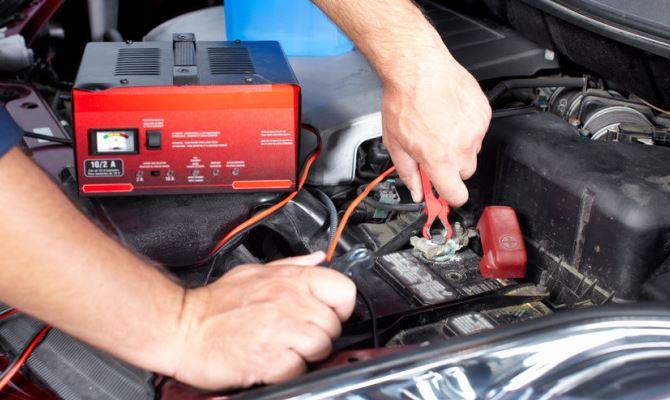 В теплую погоду авто с батареей, потерявшей большую часть заряда ещё удастся завести, но зимой у водителя могут возникнуть существенные сложности