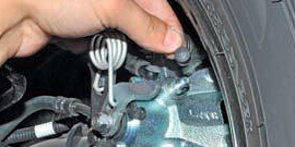 Проваливается педаль тормоза – как обнаружить причину неисправности и устранить ее